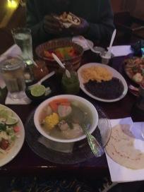 私はチキンのスープとタコス2種。ハルはエビのファジータ。サムはメキシカンサンドイッチ。